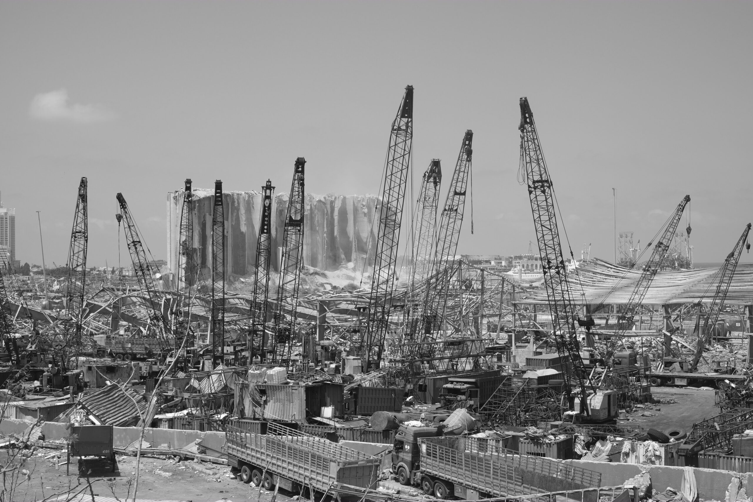 Beirut dopo l'esplosione del 4 agosto. Foto di Rashid Khreiss (da unsplash)